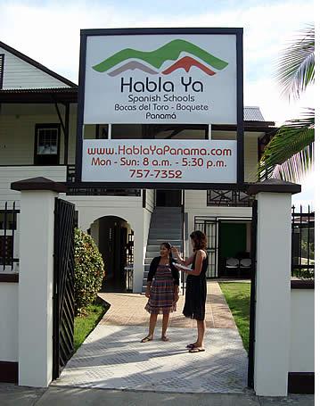 Ingang van onze Spaanse school in Bocas del Toro, Panama